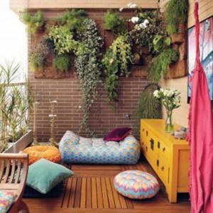 Balcone-con-piante-appese-a-parete-300x300